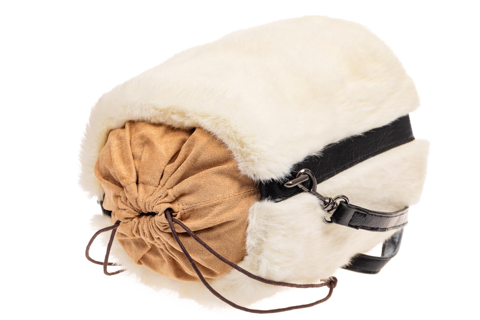 На фото 4 - Меховая сумка-ведро, цвет белый