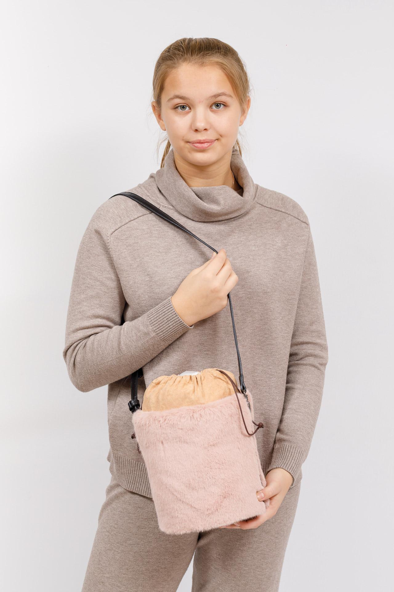 На фото 5 - Меховая сумка-ведро, цвет пудра