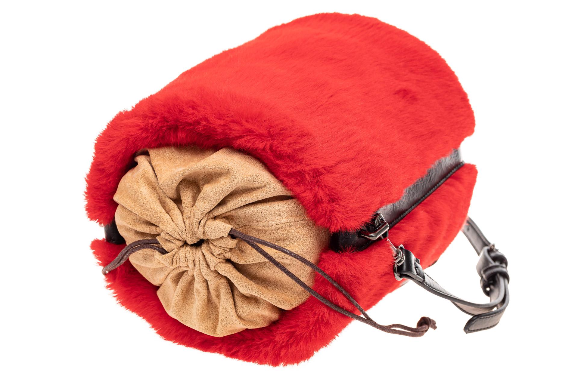 На фото 4 - Меховая сумка-ведро, цвет красный