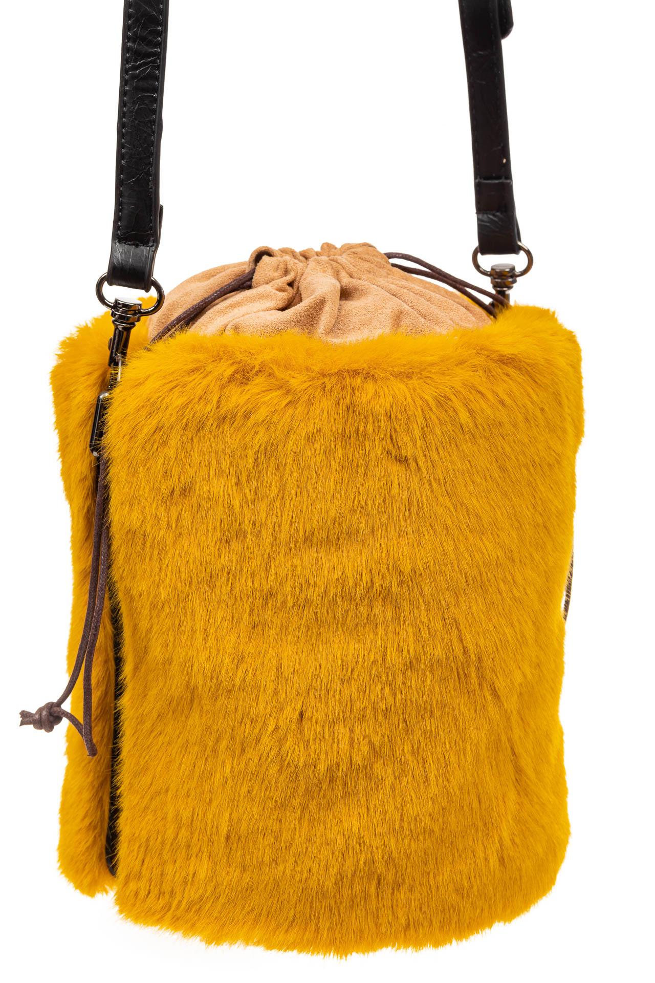 На фото 1 - Меховая сумка-ведро, цвет желтый