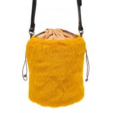 На фото 2 - Меховая сумка-ведро, цвет желтый