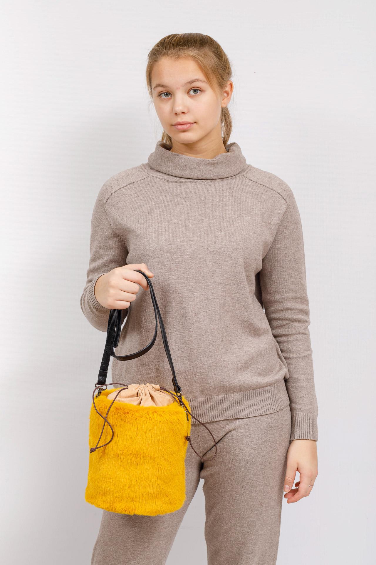 На фото 5 - Меховая сумка-ведро, цвет желтый