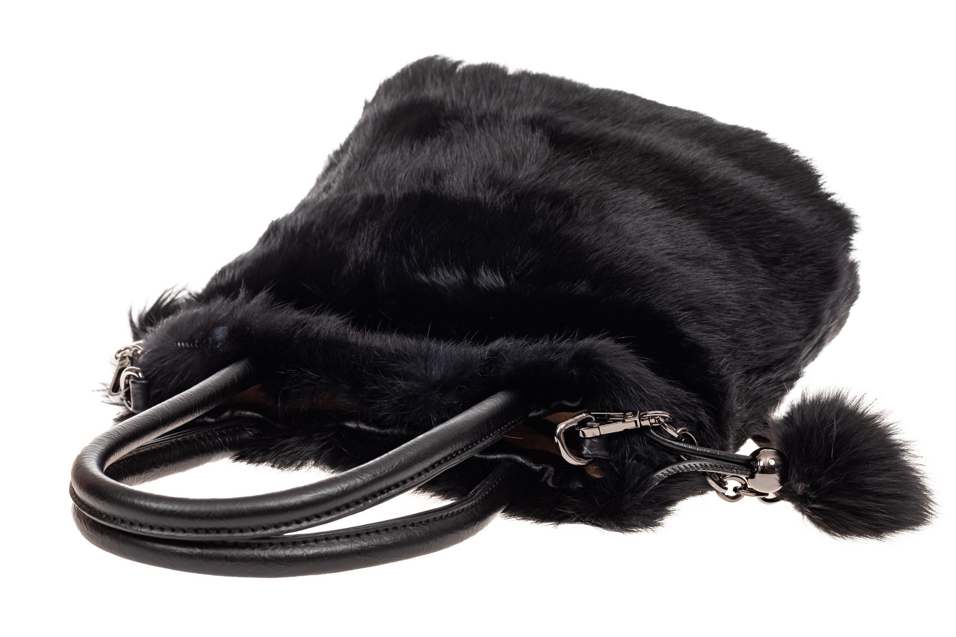 На фото 4 - Сумка кросс-боди женская из натурального меха, цвет черный