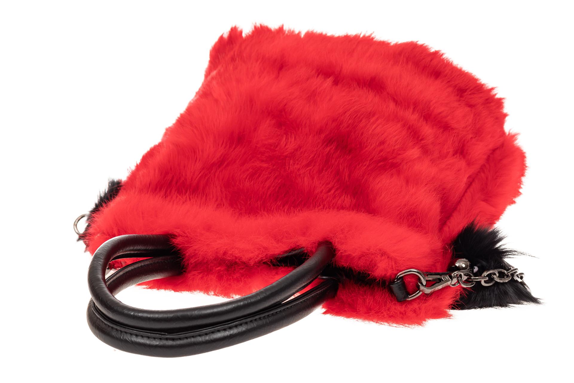 На фото 4 - Сумка кросс-боди женская из натурального меха, цвет красный