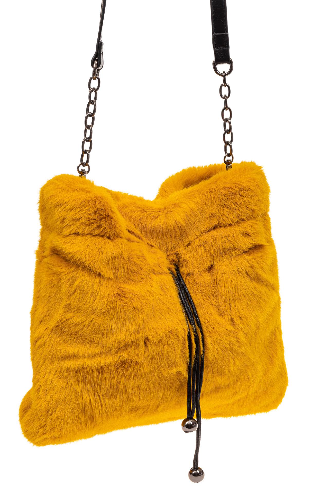 На фото 1 - Сумка женская из натурального меха, цвет желтый