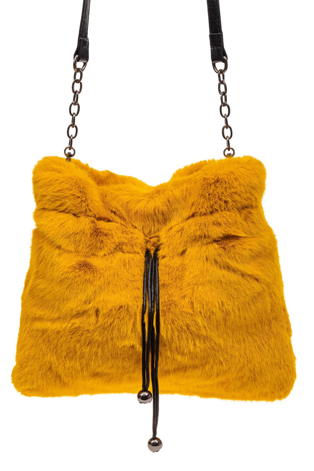 На фото 2 - Сумка женская из натурального меха, цвет желтый