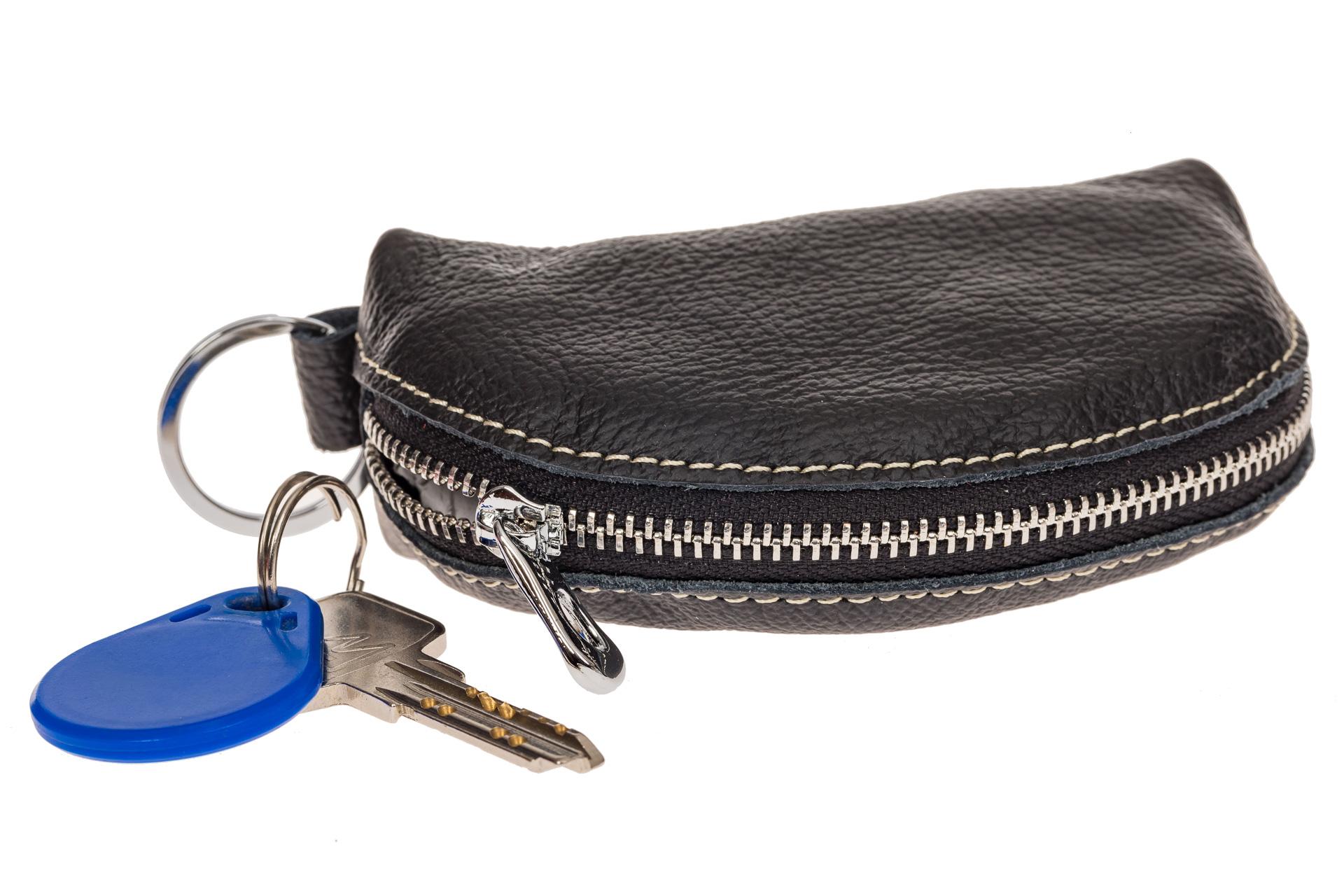 На фото 1 - Черная ключница из натуральной кожи с внешним кольцом