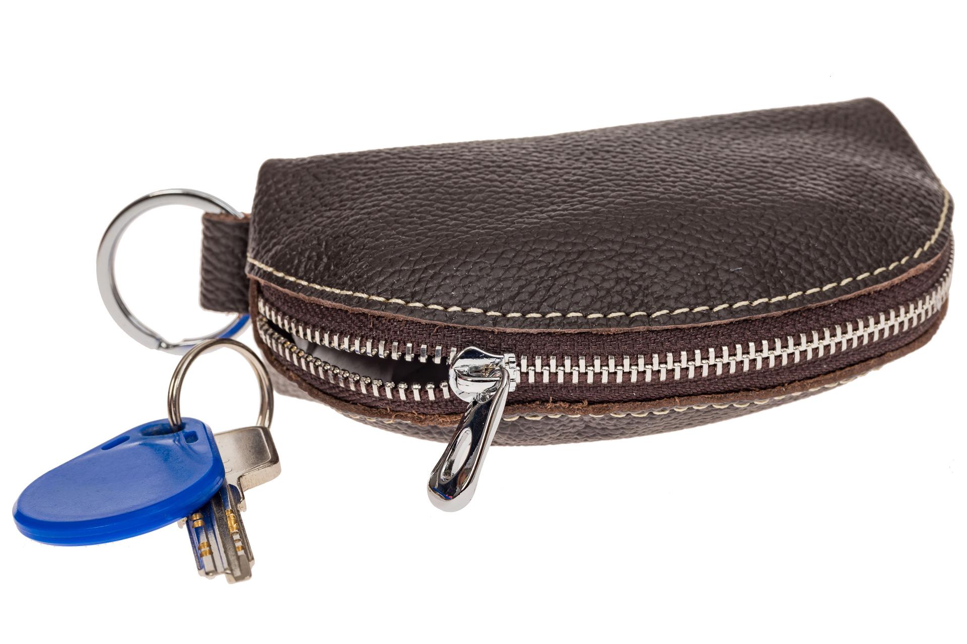 На фото 1 - Коричневая ключница из натуральной кожи с внешним кольцом