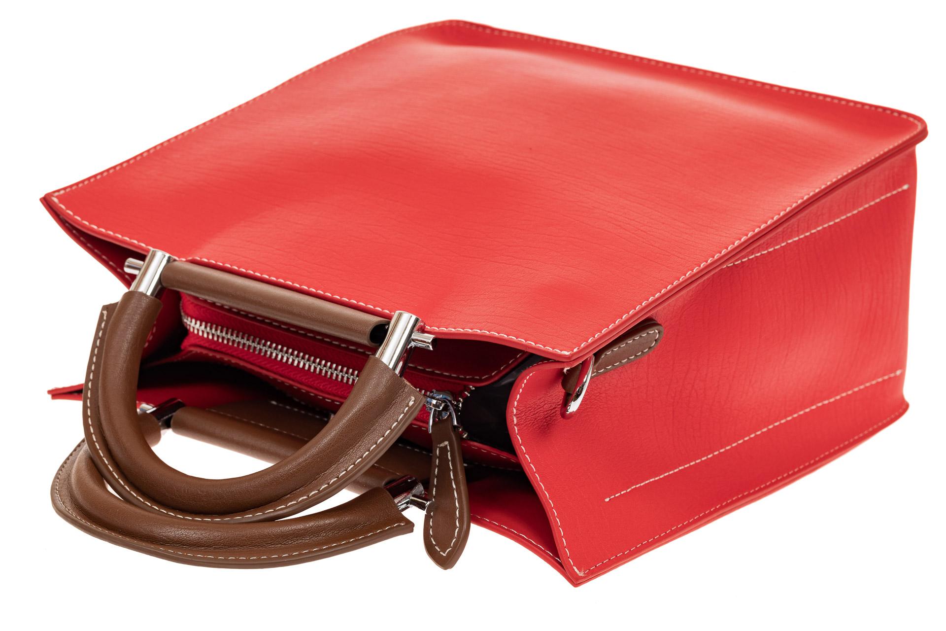 На фото 3 - Строгий тоут из натуральной кожи с жесткими ручками, цвет красный