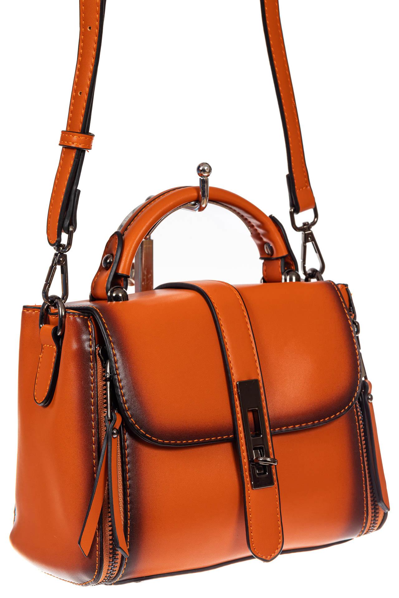 На фото 1 - Сумка кросс-боди из экокожи, цвет  оранжевый