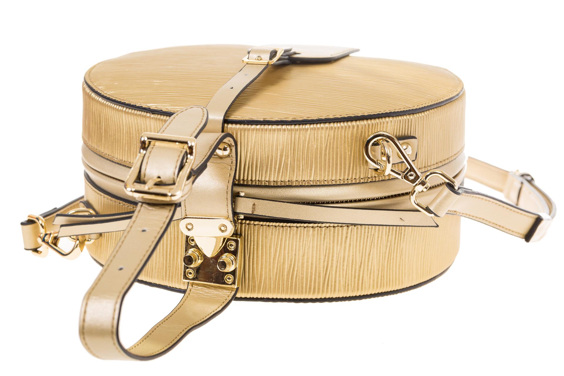 На фото 4 - Сумочка-коробка из кожи золотистого цвета X231AK