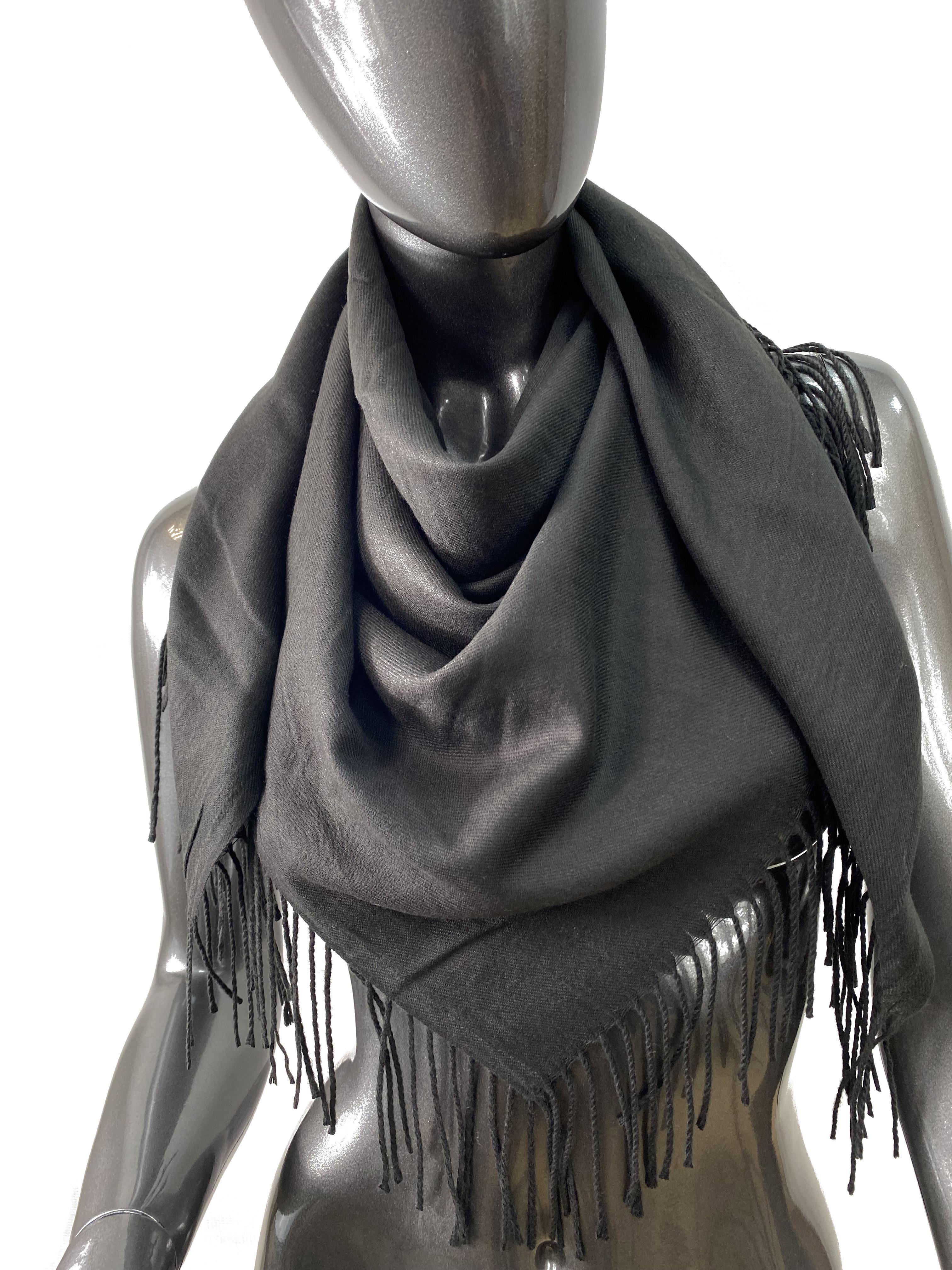 На фото 1 - Мягкий платок из хлопка, цвет черный