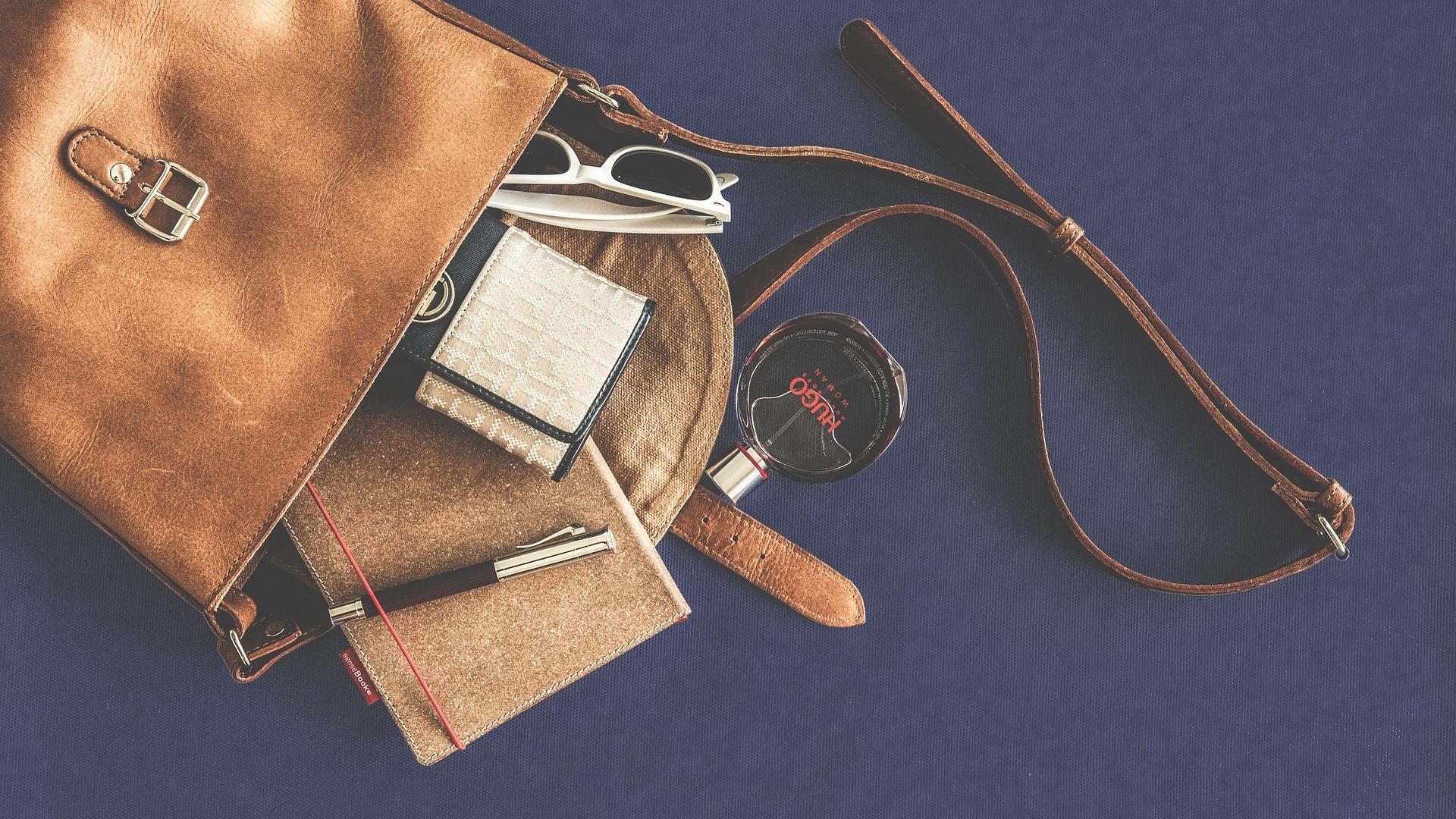 4e6ca16669de Иметь десятки сумок и выглядеть стильно – не проблема. Намного сложнее  оперировать ограниченным количеством моделей, удачно сочетая их с офисным  дресс-кодом ...